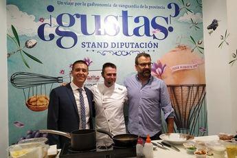 Gastronomía. Fran Martínez prepara en el stand de Diputación de Albacete un plato de dos Estrellas Michelín