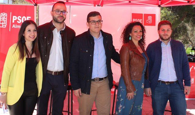 Encuentro con jóvenes de Almansa del candidato del PSOE al Senado, Fran Valera