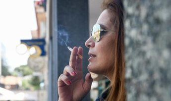 Castilla-La Mancha estudia prohibir fumar en la calle y sugiere articular la medida a nivel nacional