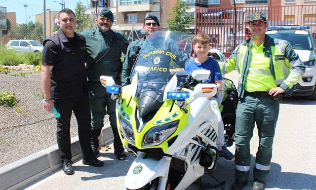 La Guardia Civil visita a los niños del Hospital General Universitario de Albacete