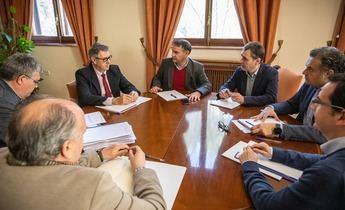 Gobierno y Confederación del Segura se comprometen a resolver expedientes de regantes de Hellín