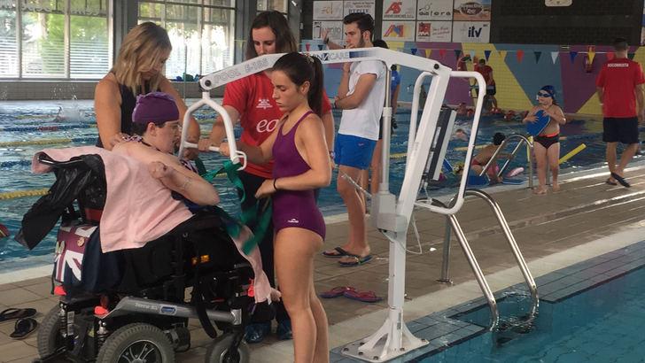 5.000 euros para ayudar a las personas con movilidad reducida a utilizar la piscina cubierta de La Roda