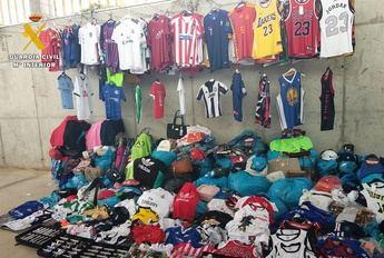 La Guardia Civil detiene a dos personas por vender ropa falsificada en el mercadillo de Liétor (Albacete)