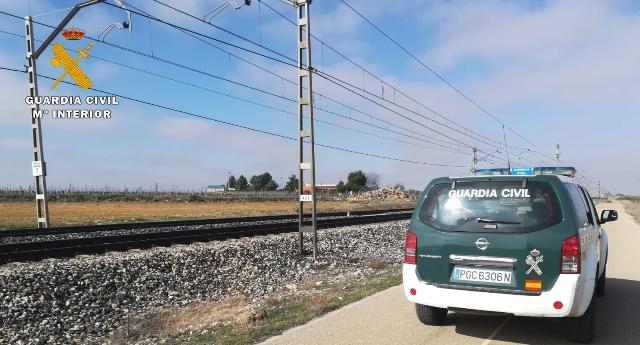 La Guardia Civil auxilia a una persona evitando que fuera arrollada por un tren en Villarrobledo (Albacete)