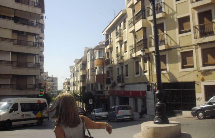La zona comercial de Hellín se adapta y los vehículos dejan sitio a las personas