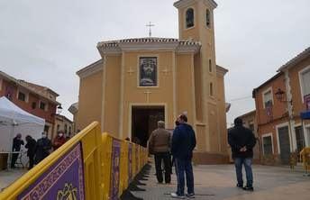 Los hellineros no se perdieron la tradición de visitar el Cristo de Medinaceli en la iglesia de San Roque