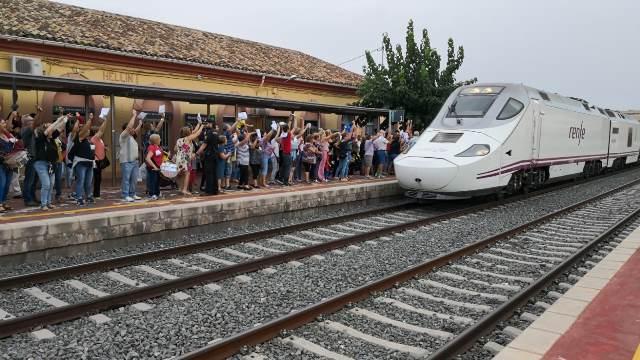 Unas 300 personas piden que pare en Hellín el tren híbrido Madrid-Cartagena