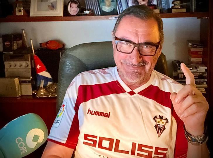 Carlos Herrera viste la camiseta del Albacete como apoyo al club manchego