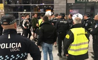Desalojados hinchas del Celtic que iban a Valencia en la estación de tren de Albacete