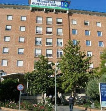 Trasladan al hospital de Toledo a un repartidor de comida, de 20 años, tras colisionar su moto contra una valla