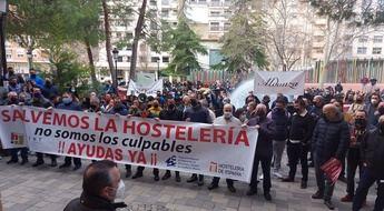Los hosteleros de Albacete reivindican en la puerta del Ayuntamiento su derecho a trabajar