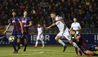 Una jugada del partido disputado por el Albacete en el campo del Huesca.