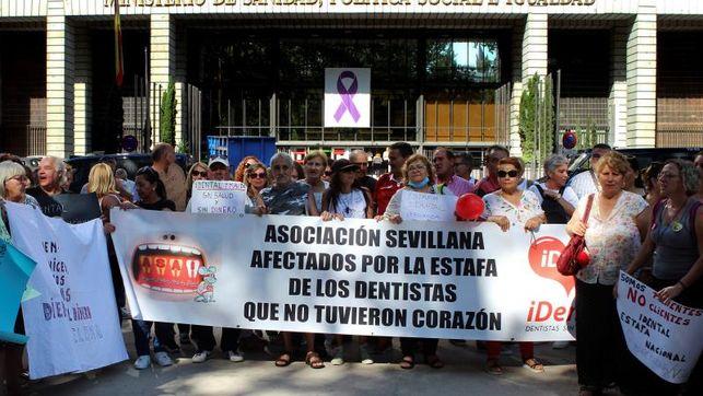Imagen de archivo de una concentración de personas afectadas por el cierre de esta clínica en toda España.