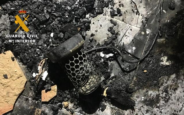 La Guardia Civil evita la explosión de gas tras un incendio por un cortocircuito en una casa de Alpera (Albacete)