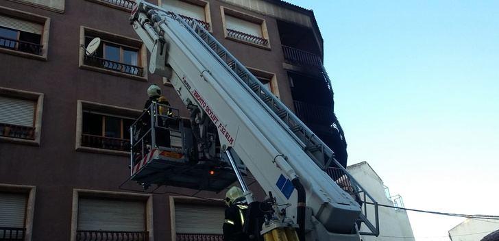 Dos personas muertas y cinco afectados por inhalar humo en un tremendo incendio en Hellín (Albacete)