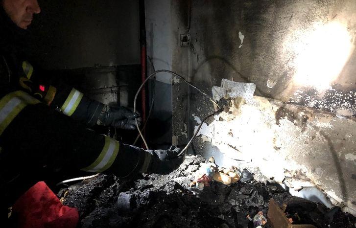 Los bomberos del SEPEI de Hellín rescatan a tres personas tras incendiarse su vivienda de madrugada