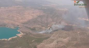 Efectivos de la Región de Murcia colaboran en la extinción del incendio forestal declarado en Liétor