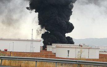 Un rayo provocaba un incendio en un depósito de gasoil en complejo industrial de Repsol