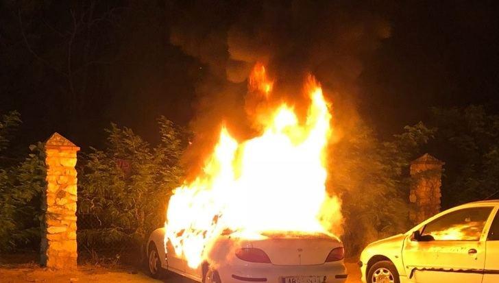 Los bomberos de Albacete tuvieron que intervenir durante la noche en incendios provocados de coches y contenedores