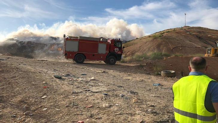 Controlado y perimetrado el incendio del vertedero de Albacete