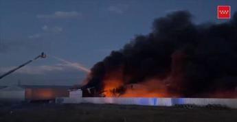 Controlado el fuego de la nave de productos químicos de Yuncos, que ha movilizado 14 dotaciones de bomberos
