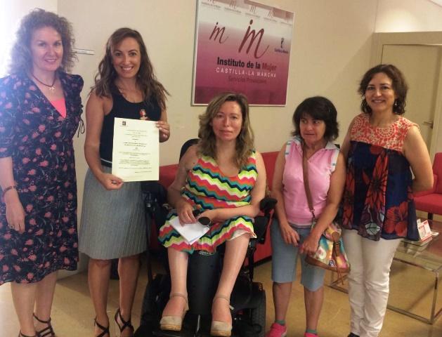 El Instituto de la Mujer de CLM, reconocido por la Asociación Luna de Albacete por garantizar la participación activa de este colectivo de mujeres con discapacidad