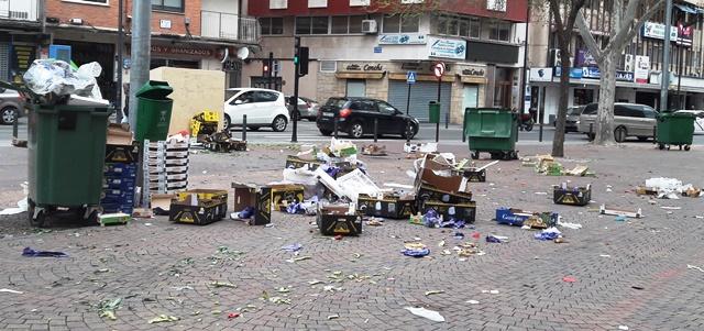 Absoluta dejadez en 'Los Invasores' de Albacete y comerciantes que dejan sin recoger toda su basura