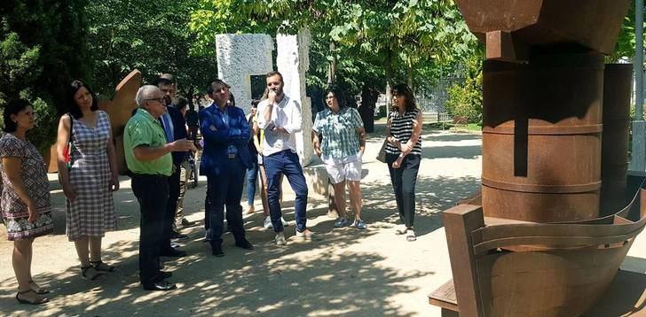 Inaugurada la exposición 'Arte en la calle', que La Roda brinda en su Parque Adolfo Suárez este verano