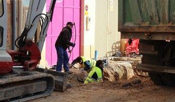 Avanzan en La Roda las obras en la red de abastecimiento y saneamiento de la calle Castelar