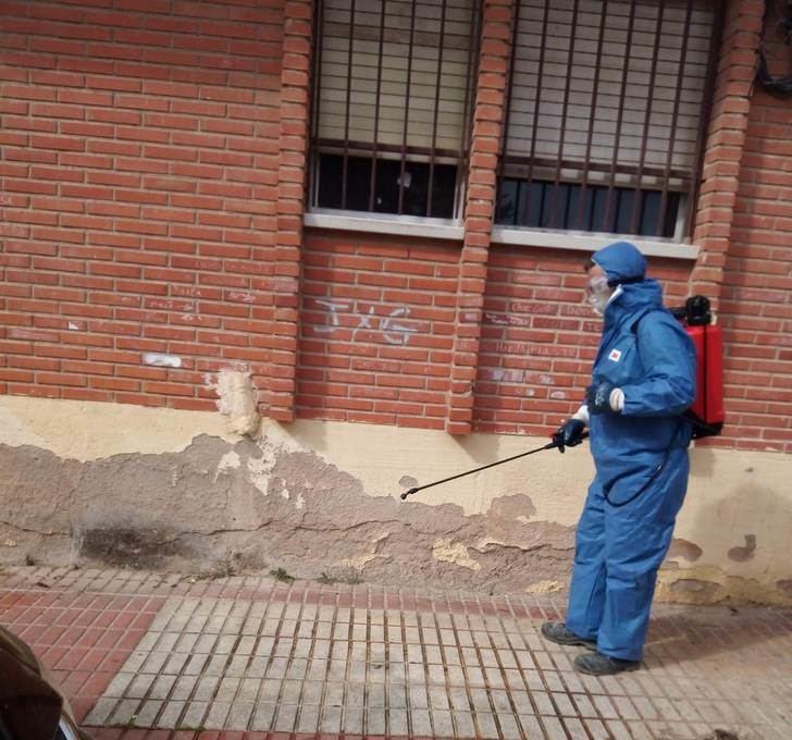 El plan de desinfección local intensifica sus actuaciones en edificios públicos y en las calles de La Roda