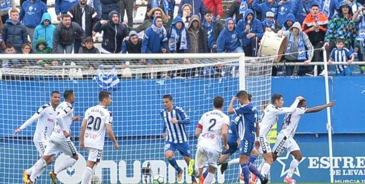 El Albacete Balompié, con más acierto que fútbol, logró remontar en Lorca y sumar los tres puntos (1-2)