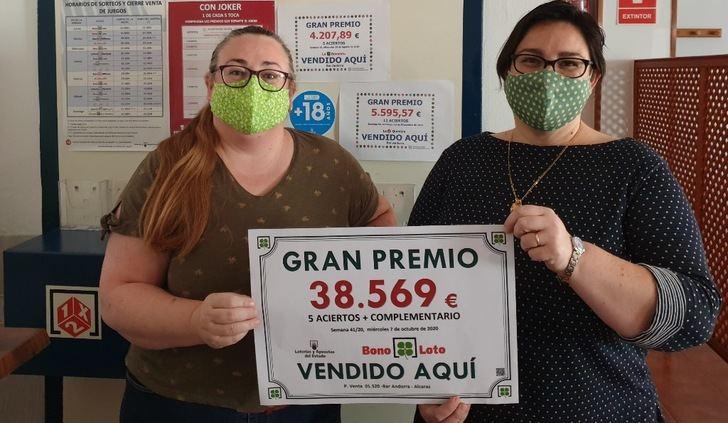 Felices en el punto de venta del boleto de Bonoloto, en Alcaraz.