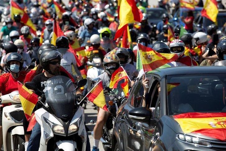 Las manifestaciones motorizadas en contra de la gestión del Gobierno colapsan el centro de muchas ciudades