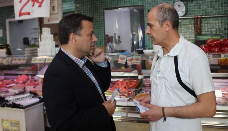 Manuel Serrano (PP) visita el barrio de El Pilar de Albacete y habla de mejorar el servicio de autobús urbano
