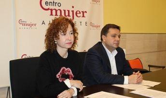 La concejal María Ángeles Martínez y el alcalde Manuel Serrano, anunciaron el nombre de las mujeres que serán reconocidas.