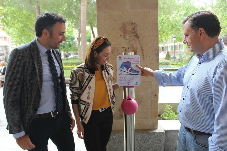 El Ayuntamiento de Albacete se suma a la campaña para evitar que se tiren chicles al suelo