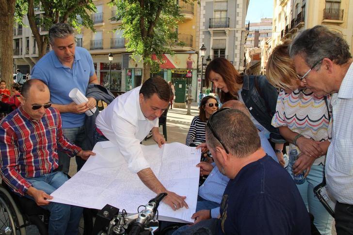 """Manuel Serrano (PP) informa del """"ambicioso"""" programa de mejora para las calles del centro de Albacete"""
