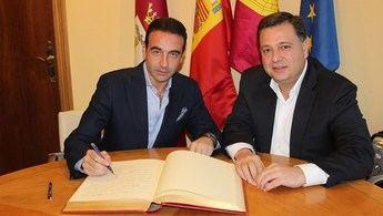 Enrique Ponce, que participará en el curso de delegados gubernativos en Albacete, visita el Ayuntamiento