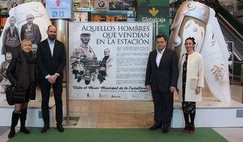 La exposición fotográfica 'Aquellos hombres que vendían en la estación' homenaje a los cuchilleros de cinto de Albacete