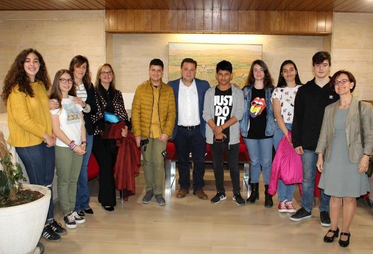 El alcalde de Albacete recibe a alumnos del IES Los Olmos de Albacete para conocer su participación en el programa 'Erasmus+ka3'