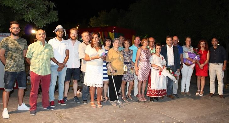 Serrano y otros políticos en las fiestas del barrio Llanos del Águila-Imaginalia.