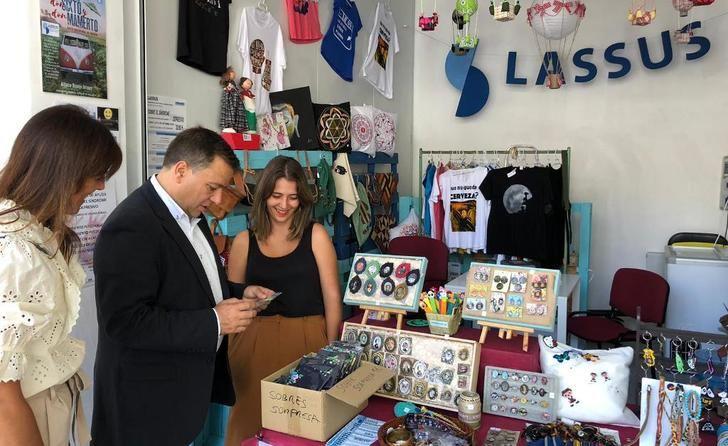Manuel Serrano (PP) visita los stands de las asociaciones socio-sanitarias de Albacete