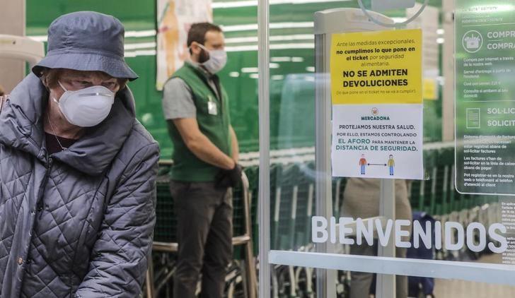 Mercadona instalará mamparas en las cajas y hará obligatorio el uso de guantes, que repartirá a la entrada, por el coronavirus