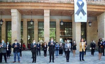 Minuto de silencio en recuerdo de las víctimas del coronavirus en el Ayuntamiento de Albacete