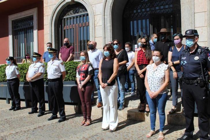 Valdepeñas (Ciudad Real) guarda un minuto de silencio por el asesinato de una vecina a manos del anciano al que cuidaba
