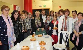 Las mujeres de Fátima-Ensanche se comen junto al alcalde la tradicional 'mona' de Jueves Lardero