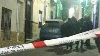 El lugar donde se encontró el cadáver y varias personas en la puerta.