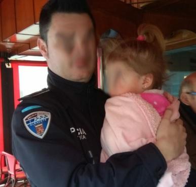 El Policía Local y la niña que estaba en el interior del vehículo robado.