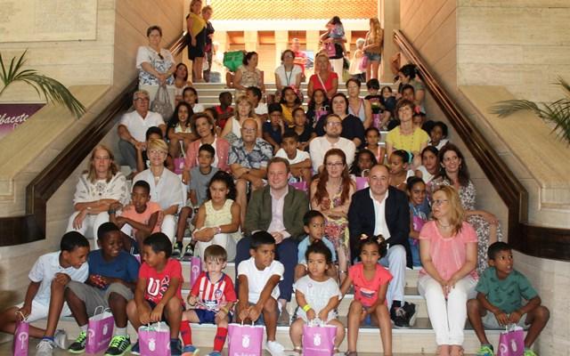 Visita al Ayuntamiento de Albacete de los 73 participantes del programa 'Vacaciones en Paz'
