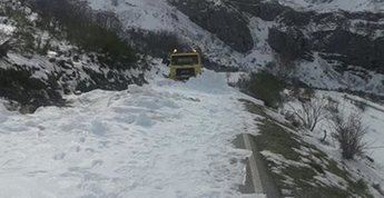 Una máquina quitanieves queda atascada en la CM-2104 en Cuenca y la carretera queda cortada